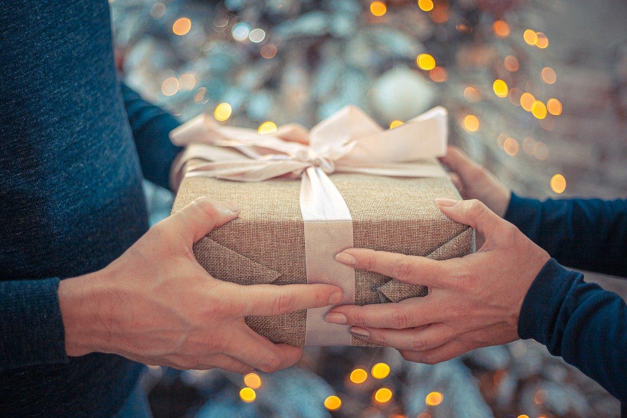 как россияне делают подарки на новый год